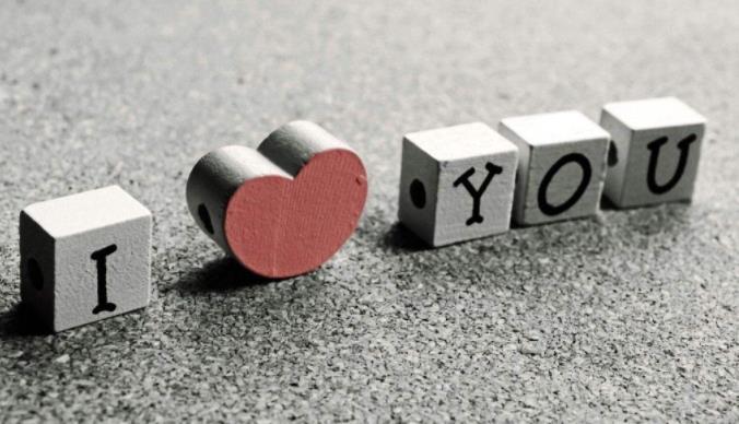 qq空间热门爱情留言:比起任性,你更重要