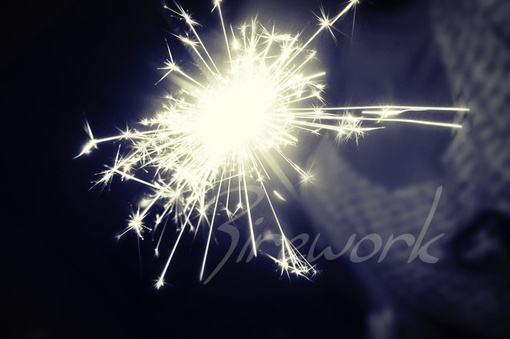 睡前送给自己的人生哲理:生命中所有的灿烂,终要寂寞偿还,就如同这烟火
