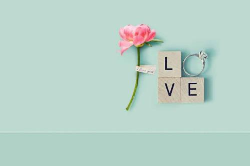 关于爱情的简短句子:即便再痛的回忆也是美丽的。