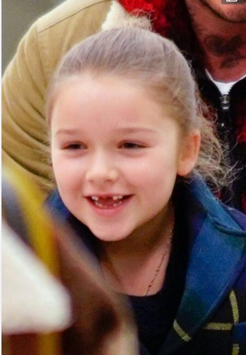 贝克汉姆女儿小七萌照曝光,一路抿嘴拍照背后另有隐情