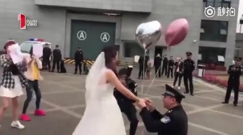 成都萌妹子穿婚纱跳舞 向监狱民警男友求婚