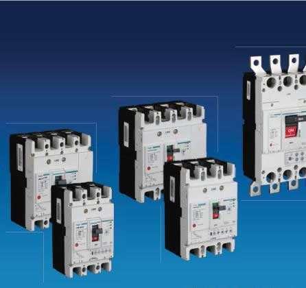 检修电器设备前,操作者应首先切断电源开关,然后挂牌,并在指定