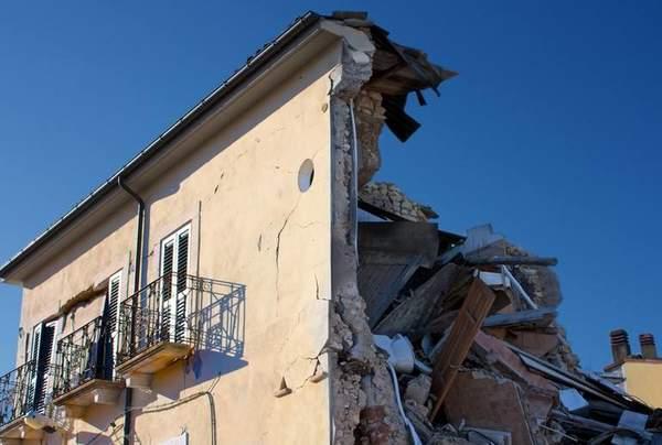 地震时释放的能量以弹性波的形式从震源向四面八方传播,这种因地震