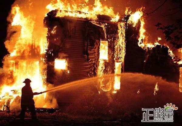 乘坐公共交通工具时,一旦发生火灾()。A寻找最近的]窗等出口逃生,迅速