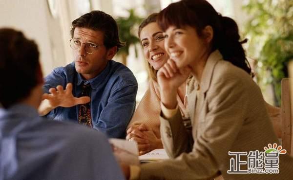群体决策中存在的特殊现象包括()。A.从众现象B.