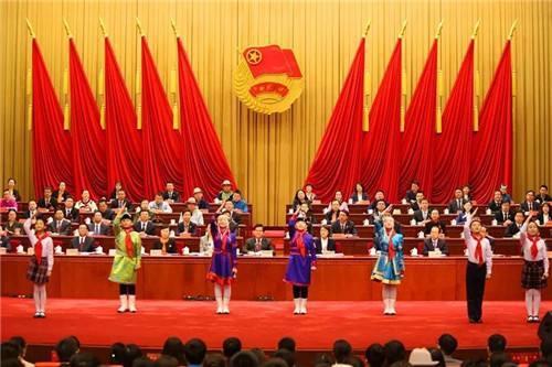 1949年4月13日,()向青年团代表大会作了题为《关于中国新民主