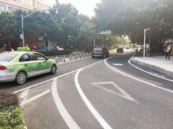 驾驶自行车、电动自行车、三轮车在路上横过机动车道,应当()