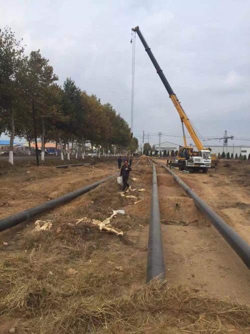 在燃气管道及其附属设施附近植树、修路、开挖等施工作业时()并采取相应保护措施