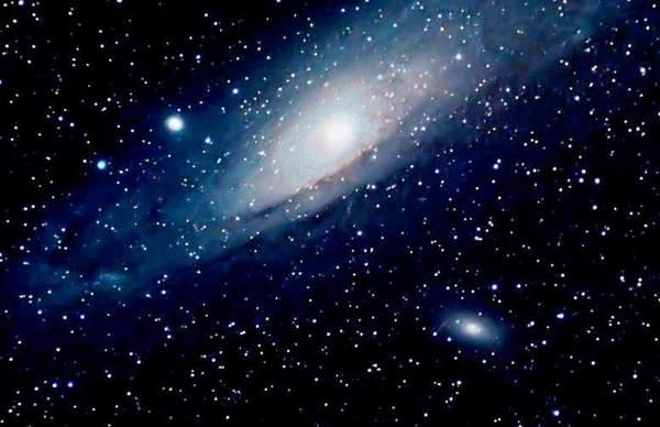 天文学家说,在晴空万里的晚上,仅靠肉眼大约可以看到4500颗星星,从一座小