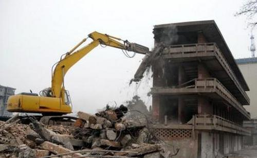 某建设工程公司承包了一座倒闭化工厂厂房及设备的拆除工程