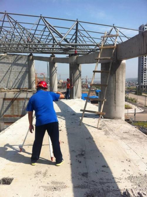 分析说明造成本桥施工挠度控制不当的可能原因。